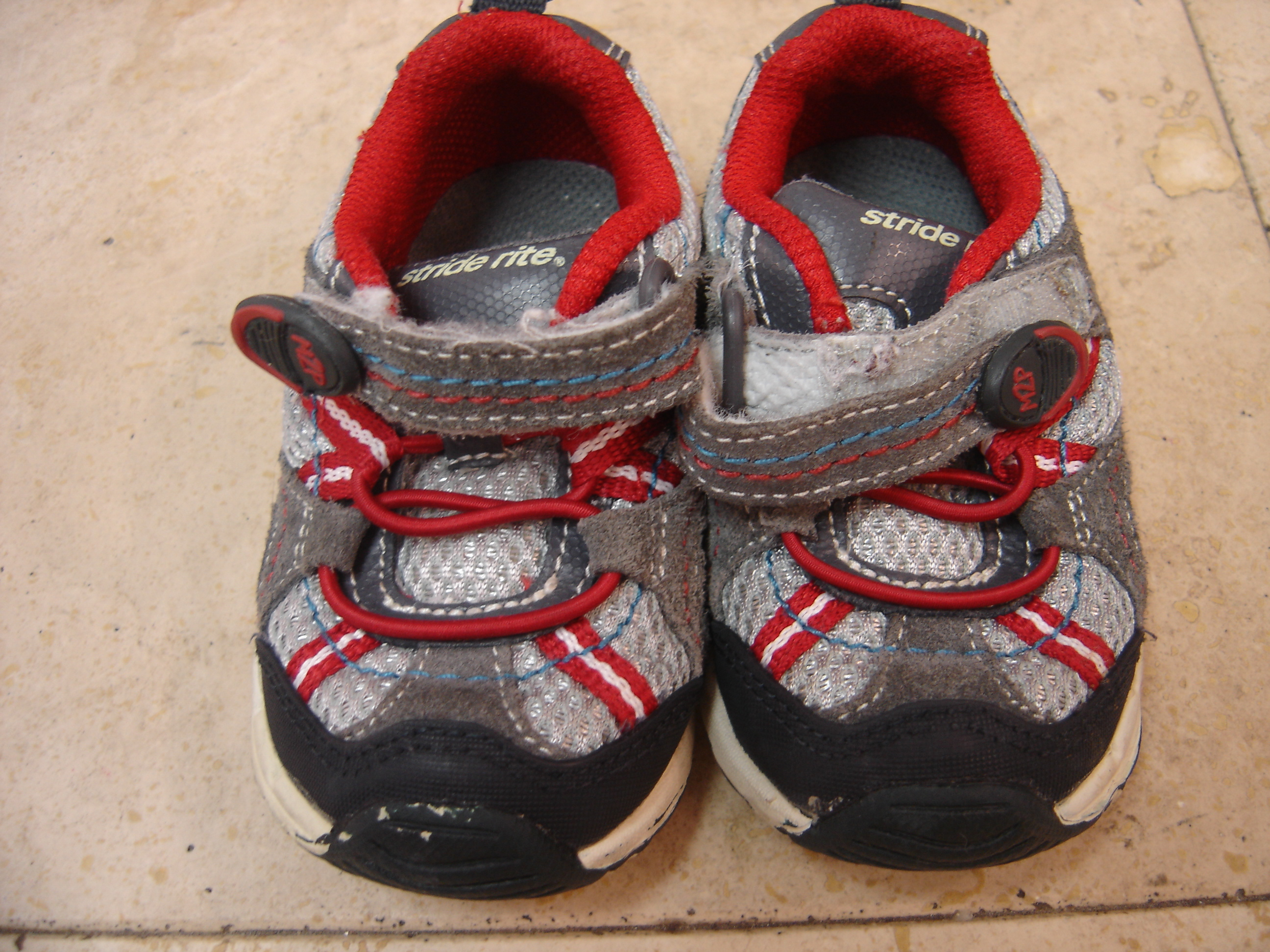 Stride Rite Boys Kids Size 6 5W Gray and Red Sneakers