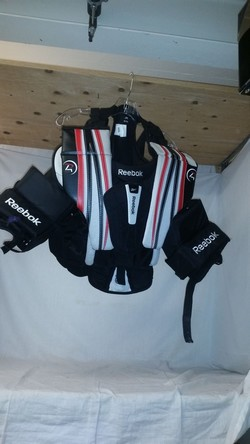 Used Reebok P4 Jr Size Jr S M Ice Hockey Goalie Chest Protector